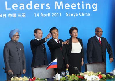 4月14日,金砖国家领导人第三次会晤在海南三亚举行。图为会晤结束后中国国家主席胡锦涛(左三)同巴西总统罗塞夫(右二)、俄罗斯总统梅德韦杰夫(左二)、印度总理辛格(左一)、南非总统祖马(右一)出席有关合作文件签字仪式与联合记者招待会。Sasha Mordovets