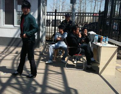 2011年4月4日,北京市海淀区小牛坊村口放置着栏杆,规定流动人口需持出入证出入。此举引起争议,之后关卡被取消。韩萌/CFP