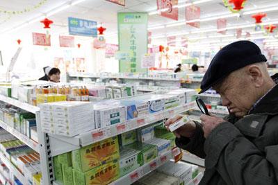 2011年3月,辽宁丹东75岁的周大爷在药店内买药。医药业因不受经济周期影响、背靠中国的巨大内需而备受资本市场青睐。陈浩/CFP