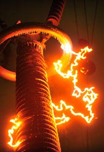 2011年1月8日,1000kV特高压交流试验基地环境气候实验室,科研人员在进行特高压长串绝缘子融冰闪络试验时产生的电火花,该试验能力位列世界第一。Shepherd C.Zhou/CFP