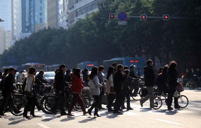 2011年3月28日早上,福州市内的上班族。此次个税调整后,中低工薪者的税负减轻,高工薪所得者税负提高。郑帅/CFP