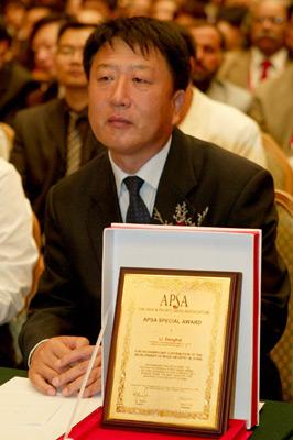 """2005年,李登海获得""""中国玉米产业重大贡献奖""""。张海峰/CFP"""