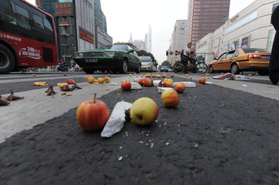 南京,小贩和城管发生冲突,水果摊被拉翻,苹果散落一地。行政强制法的四次审议稿,有望将城管的行为纳入规范。吴俊/CFP