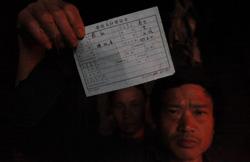 大石村的袁名友向记者展示他家的户