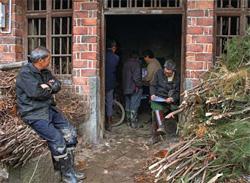 村民们在一起交流寻找孩子的信息。