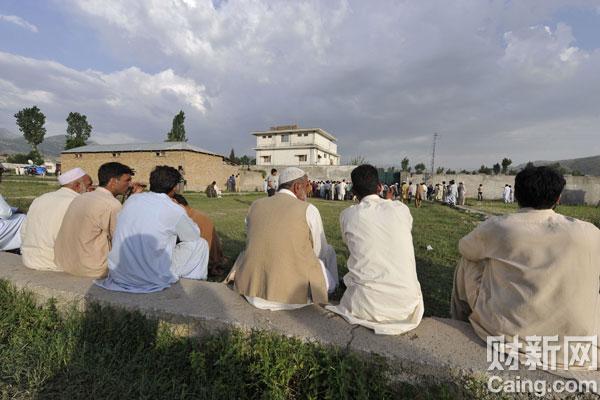 2011年5月4日,巴基斯坦阿伯塔巴德,当地人聚集在拉登最后的藏身住所前。巴基斯坦说整个世界都必须为没有及时挖出本·拉登而感到羞愧。美国击毙本·拉登以后,华盛顿方面透露,行动之前为了不走漏风声,巴基斯坦一直被蒙在鼓里。Aamir Qureshi/东方IC _致命处所