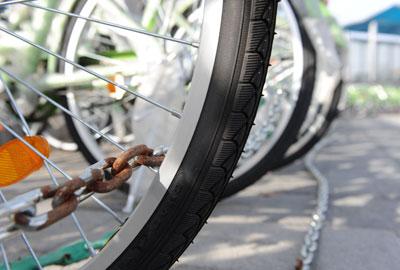 2010年11月11日,北京南站北广场公共自行车租赁网点,锁车的铁链已经有些生锈。王海欣/CFP