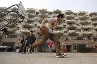 2011年3月3日,在鑫泽阳光公寓,外来务工者们正在打篮球。鑫泽阳光公寓是由上海市莘庄工业园区管理处投资建造的公租房,主要服务对象是园区里大企业的外来务工者,目前租客数量超过6000人。东方IC