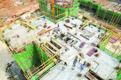 """2011年4月11日,黄石市第一个棚户区改造还建重点项目""""金广厦""""现场一片忙碌。邱孝威/CFP"""