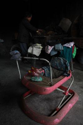 西山洞村袁朝容的女儿袁庆龄被抢走之后,他的妻子也走了。孩子的用品,还保留在家里。