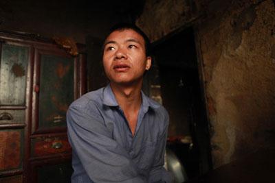 毛坪村袁新权告诉记者,他的女儿被抢走后,老婆也离他而去。
