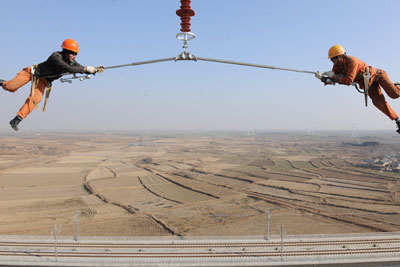施工人员在京沪线上高空作业。京沪高铁从一开始就代表了中国铁路对速度的最高追求。宋卫星/东方IC
