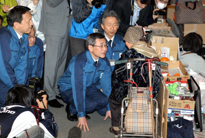 2011年4月22日,福岛县郡山市,东京电力公司总裁清水正孝和其他东电员工在安置点向灾民下跪道歉。Asahi Shimbun/Getty Images/CFP