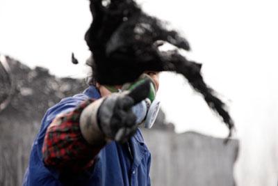 2011年3月8日,安徽淮北矿区,劳作的煤矿女工。煤电价格关系尚未理顺,一直被视为电荒的根源所在。Woo He/东方IC