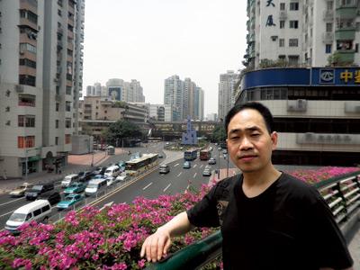 徐武到广州首先就去精神病医院,想证明自己无病。很可惜,还没有进行全面鉴定,他就被强制带离广州。图为他在广州街头的留影。黎湛均 摄