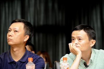 2011年4月27日,淘宝网召开媒体沟通会,阿里巴巴董事局主席马云(右)与淘宝网CEO陆兆禧同时出席。梁臻/CFP