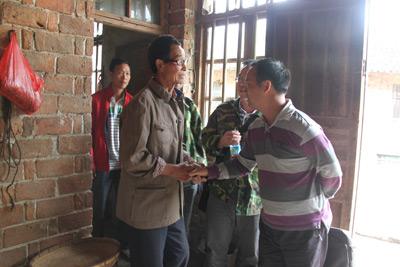5月13日,杨理兵(左一)及其父亲杨亲政(左二)再次接受邵阳市纪委调查组成员调查。杨广 摄