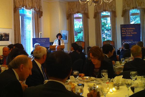 美国时间2011年5月18日,华盛顿,财新传媒总编辑胡舒立在财新峰会欢迎晚宴上致辞。  _财新峰会华盛顿专场开幕