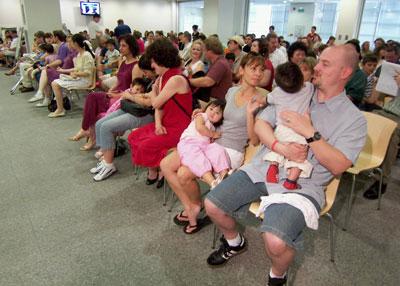 2007年5月30日,位于广州的美国领事馆内,美国夫妇们为他们刚收养的中国孩子办理签证。促使美国人蜂拥去中国收养的另一个主要因素,是中国对收养人条件的规定对美国人非常有利。Kitty Bu/Reuters