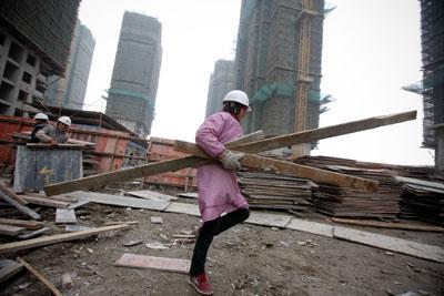5月初,国资委在网站上挂出通知,要求央企积极参与保障房的开发建设。图为建设中的上海浦东新区三林保障性住房基地。徐晓林/CFP