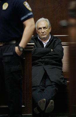 2011年5月16日,美国纽约,时任IMF总裁斯特劳斯-卡恩出席曼哈顿刑事法庭。卡恩被控对一名饭店女服务员进行性侵犯。Richard Drew/人民图片