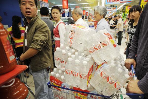 6月6日,市民在杭州各大超市里购买纯净水。受6月4日晚杭州水源地新安江苯酚污染,杭州市民开始赶赴超市抢购饮用水。 梁臻/CFP _苯酚泄漏污染新安江 杭州市民抢购瓶装水