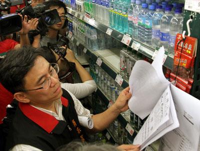 5月31日,台北市卫生局的工作人员前往便利商店和超市,检查店家是否对五大类别食品张贴合格证明。Udndata/东方IC