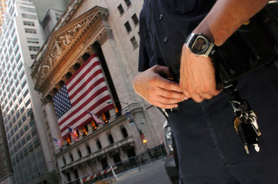 一名纽约警察站在纽约证券交易所附近。美国证监会已着手调查在美中国概念股造假利益链的有关责任各方,包括各类中介机构。Jason Kempin/Getty Images