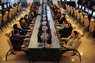 2010 年12 月30 日,山西太原一间网吧。中国已成为全球最大的互联网市场。金融危机后,纽交所放低了对盈利的要求,不少互联网企业转而赴纽交所IPO,但纽交所的转板要求依然比纳斯达克更严格一些。胡远嘉/CFP