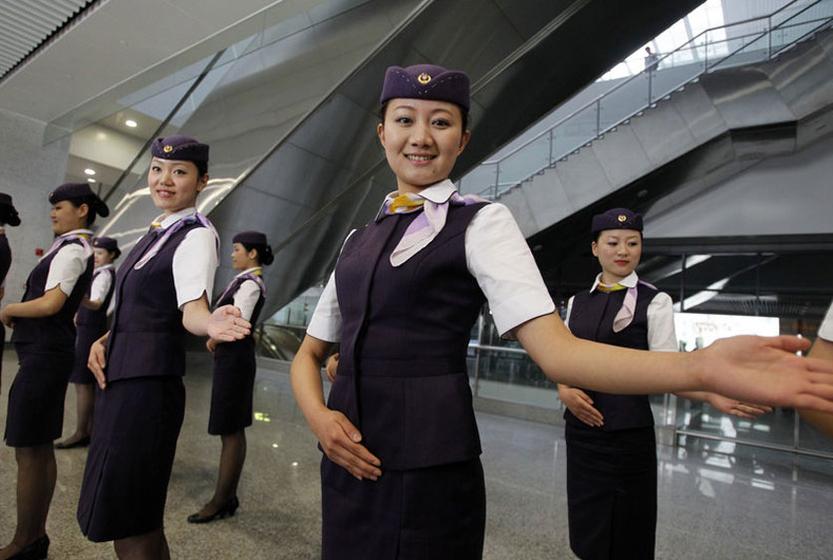 2011年6月15日,身着精致制服的京沪高铁列车乘务员在上海虹桥站全新亮相。举止优雅的乘务员列队组成迎宾方阵,以中文、日语、英语向观众致欢迎词。这支由90名列车长、313名乘务员组成的京沪高铁乘务员队伍是经过严格选拔和培训而产生的。