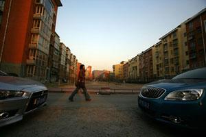 """北京怡然家园经济适用房小区经常有豪华小轿车""""光顾""""。"""