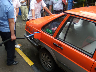 上海闵行区江南出租车公司黄师傅正在给他开的甲醇燃料车加燃料。于达维 摄