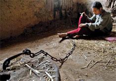 2010年5月26日,陕西乾县,陈生社18岁时精神失常,22岁那年被父母用铁链锁住,囚禁至今。