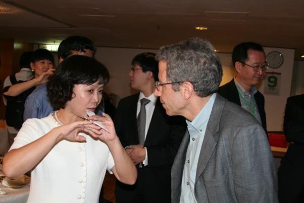 财新传媒总编辑胡舒立女士与2007年诺贝尔经济学奖获得者马斯金教授现场交流_会议图集