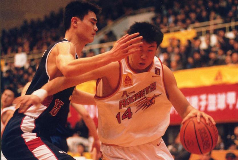 2001年3月14日,CBA总决赛第二场八一宁波双鹿队在主场以114:109战胜上海东方队,扳回一分。图为姚明防守王治郅。姚明在1997-98赛季正式踏上了CBA的赛场,帮助上海男篮从99-00赛季开始连续三年杀入到CBA的决赛。 李岩宏/CFP  _姚明宣布退役决定 一代篮球巨星就此告别