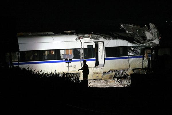 温州动车追尾事故车辆开始进行现场破拆