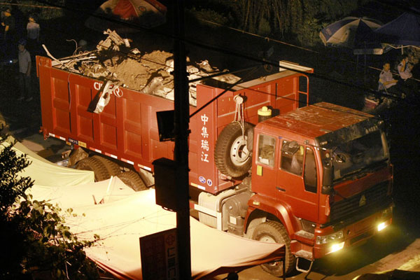 温州动车追尾事故车辆被运离现场