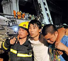 2011年7月23日晚,北京南至福州D301次列车与杭州至温州南D3115次列车在浙江温州境内发生追尾事故后,刚刚从现场营救出的伤员。