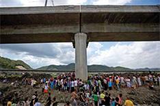 """2011年7月28日,""""7·23""""温州双屿动车追尾事故现场,群众前来悼念。"""