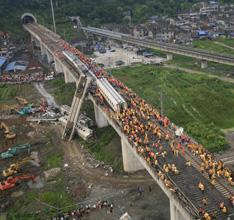 2011年7月24日,浙江苍南县壹加壹应急救援中心空中搜救队队长陈斌从空中拍摄温州动车脱轨事故的救援工作。