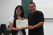 杨小彦教授为学员颁发结业证书