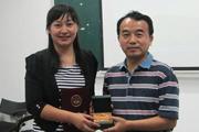 李双庆书记为学员颁发纪念品