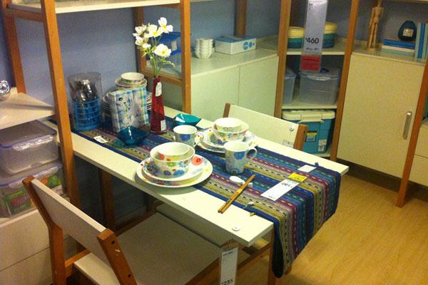 8月2日,商场内部模仿宜家风格的家具摆设和价格标签。 CFP _昆明现山寨版宜家