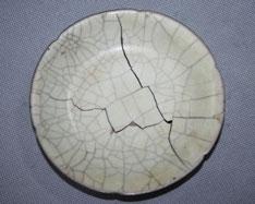 故宫博物院官网公布的宋代哥窑青釉葵瓣口盘损坏后图片。