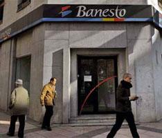 2011年1月14日,西班牙,马德里,行人路过一家银行。欧债危机正扩展到欧元区核心国家。
