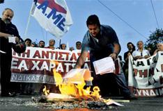2011年9月28日,希腊再次爆发示威游行。退休老人抗议财政紧缩政策。抗议者焚烧紧急税收票据。