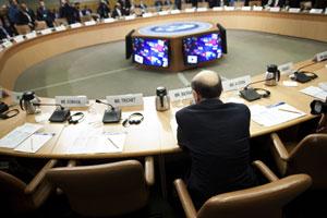2011年9月24日,在华盛顿召开的世界银行与IMF秋季年会进入第二天的会议议程。美联储主席伯南克在等待会议开始。