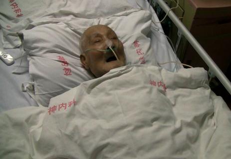 医院 床上/10月13日,沈大爷躺在304医院病床上。