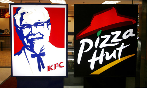 ... 的同属百胜餐饮集团的肯德基和必胜客logo标志。 马