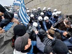 当地时间2012年2月7日,希腊雅典,希腊举行24小时大罢工,抗议政府财政紧缩政策。抗议者试图闯入议会大楼,与防暴警察发生激烈冲突。